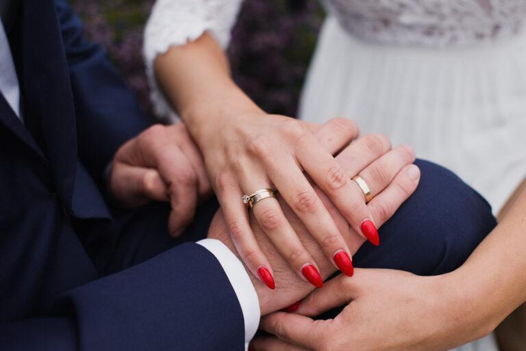 plener ślubny na polu lawendowym